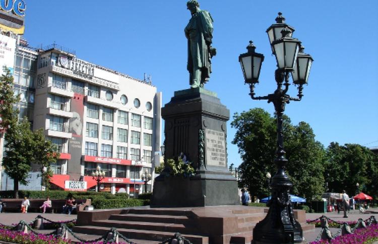 Доконца лета Пушкинскую площадь избавят отрекламы