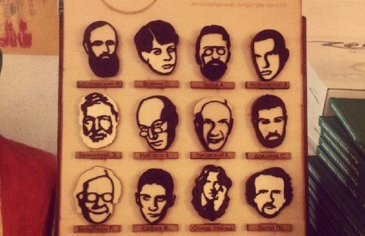 Вмагазине «Все свободны» появились деревянные значки спортретами писателей
