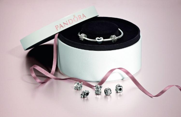 Pandora дарит клипсы и шкатулки