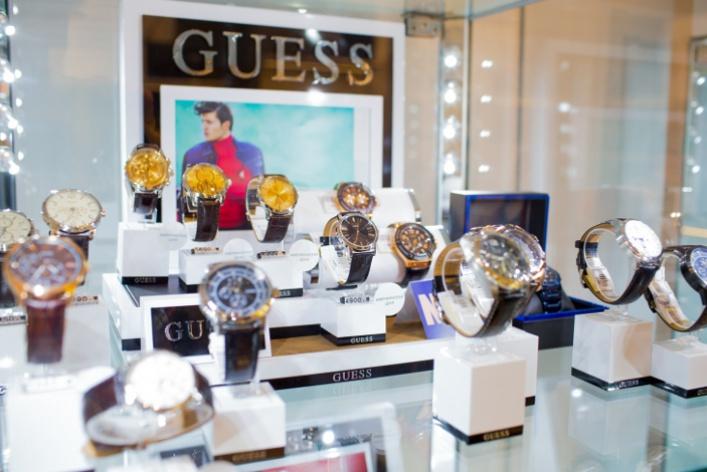 Открылся первый магазин аксессуаров GUESS