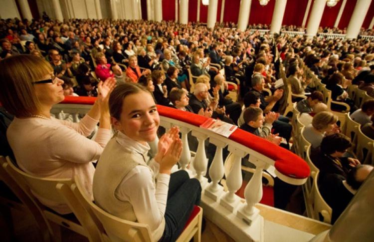 """""""Разные истории для детей и их родителей"""": новогодний концерт с елкой и Дедом Морозом"""