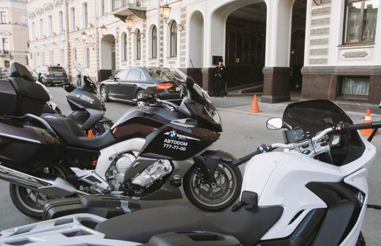 В отеле Кемпински открылось первое в городе мото-такси Фото №434495