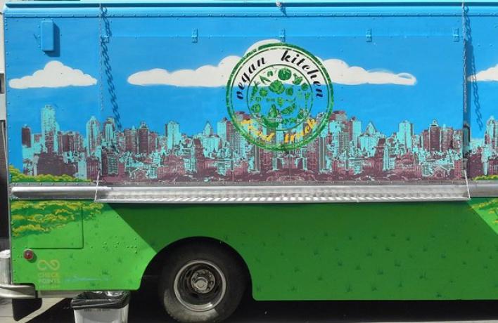 На территории центра «Фабрика» открылся фургончик с веганской едой