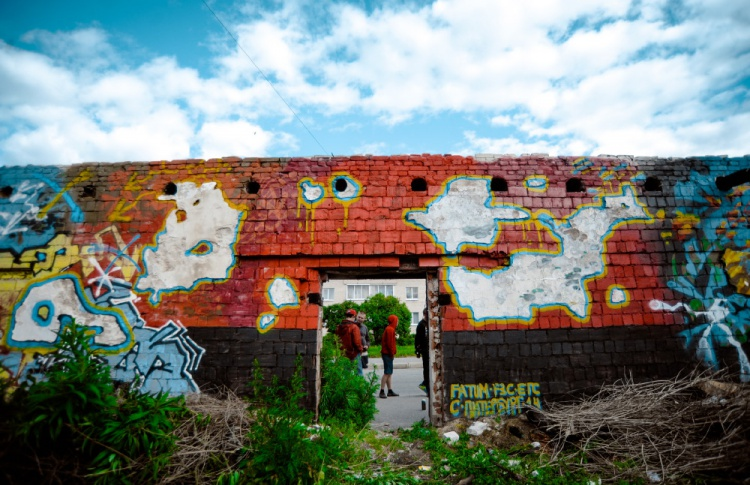 Накануне открытия Casus Pacis уличные художники расписали склады в Кронштадте Фото №438885