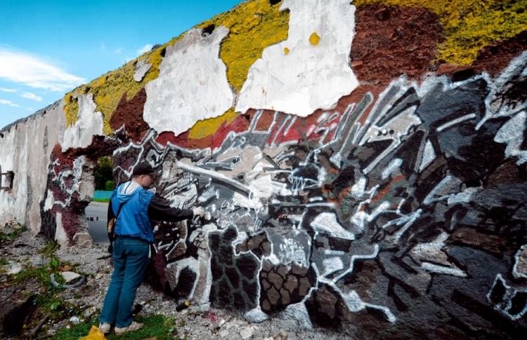 Накануне открытия Casus Pacis уличные художники расписали склады в Кронштадте Фото №438887