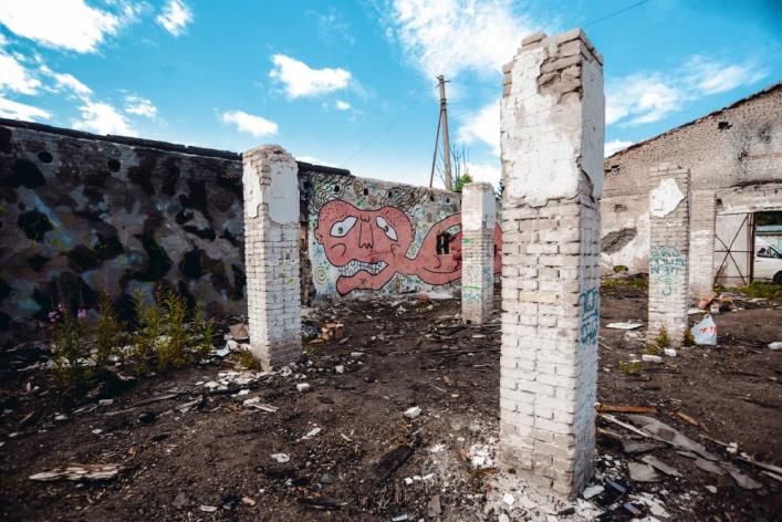 Накануне открытия Casus Pacis уличные художники расписали склады в Кронштадте