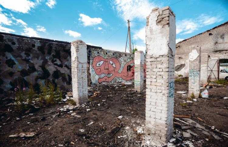 Накануне открытия Casus Pacis уличные художники расписали склады в Кронштадте Фото №438889