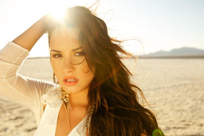 Молодые поп-дивы: 6 успешных певиц не старше 25 лет