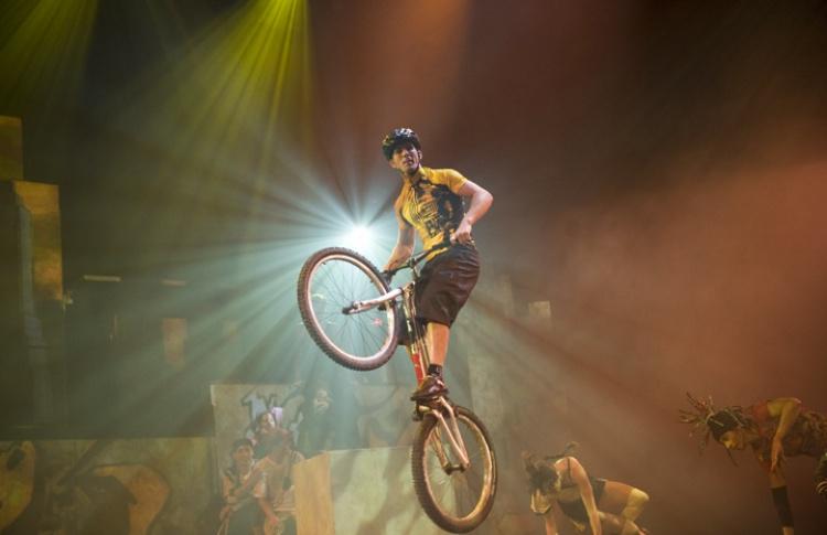 iD Cirque Eloize