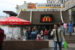 «Макдоналдс» требует снова открыть закрытые рестораны