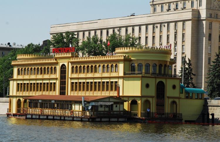 На Москве-реке демонтируют дебаркадеры