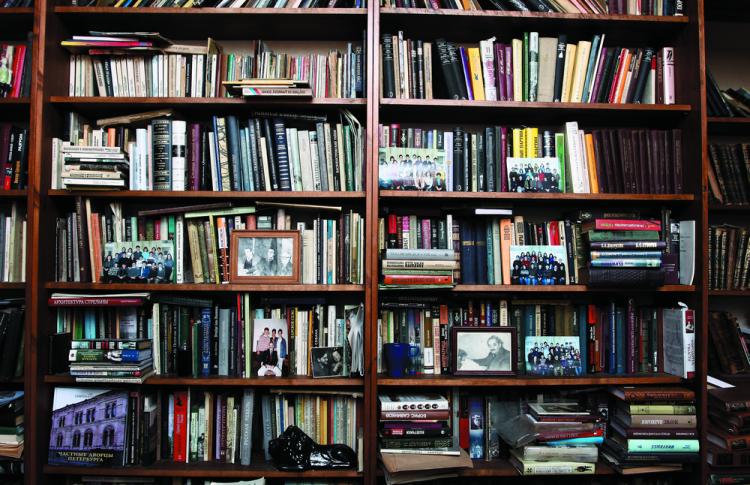 Читальный зал: книжные шкафы депутата, певицы, журналиста и еще пятерых горожан Фото №449216
