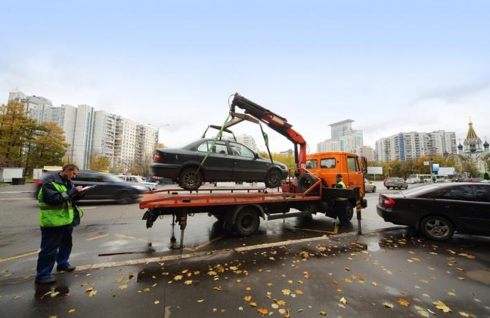 Автомобилиста, не давшего эвакуировать свою машину, арестовали на пять суток
