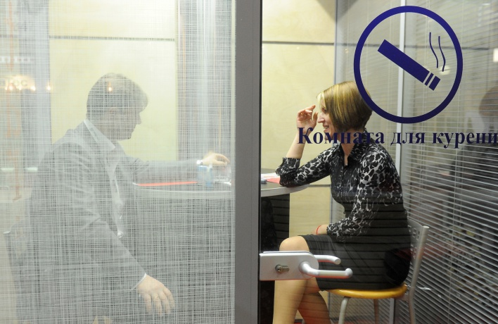 В аэропортах и на вокзалах могут снова появиться комнаты для курения