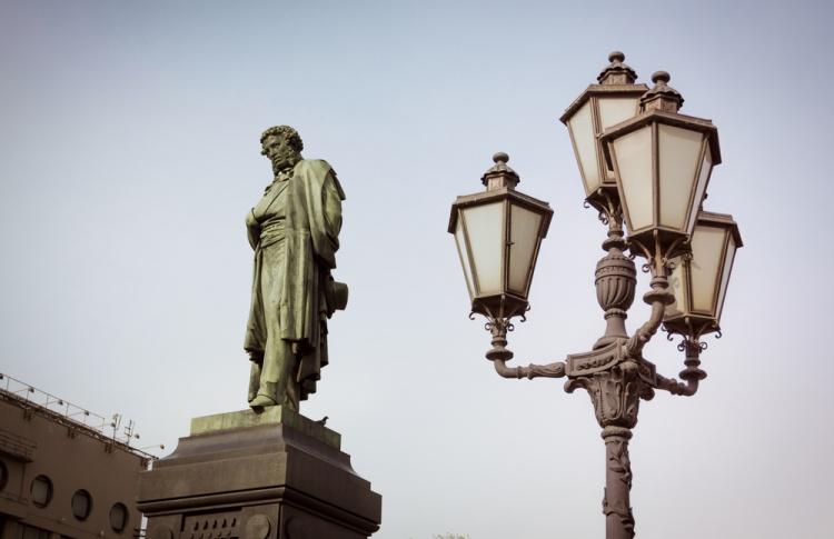 Памятникам Пушкину и Грибоедову сделают яркую подсветку