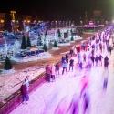 Каток на ВДНХ и бар «Редакция»: почему в Москве любят очереди и давку