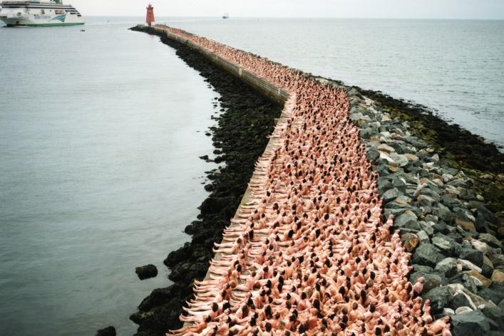 Пять фотоинсталляций с голыми людьми от Спенсера Туника