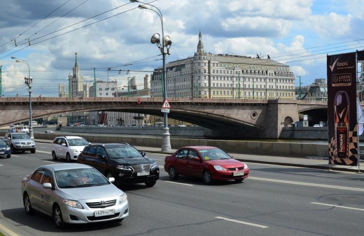 На Москворецкой набережной добавят пространства для пешеходов