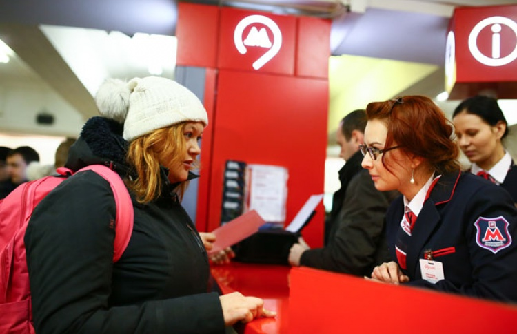 В метро заработала первая «живая» информационная стойка