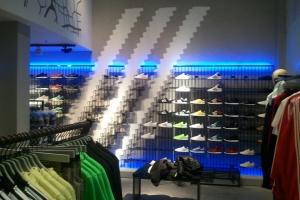 Компания Adidas закроет 200 магазинов в России