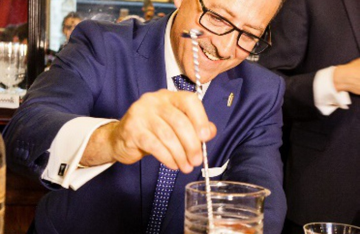 4 июня в баре Camparino в рамках #NegroniWeek«Маэстро» Сальваторе Калабрезе приготовил самый «старый» Negroni в мире!