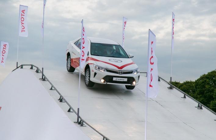 Лидер сегмента бизнес-седанов Toyota Camry открыл себя с новой стороны новым клиентам бренда