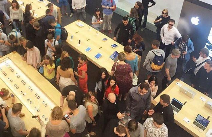 В первый магазин Apple в Москве выстроилась очередь