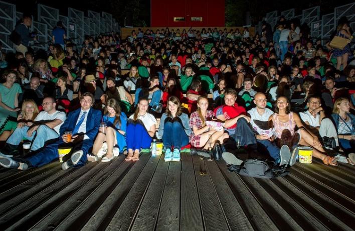 Кинозрителей могут начать обыскивать при входе в зал