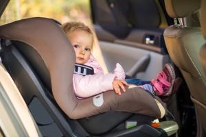 Родителей, оставляющих ребенка одного в машине, хотят штрафовать