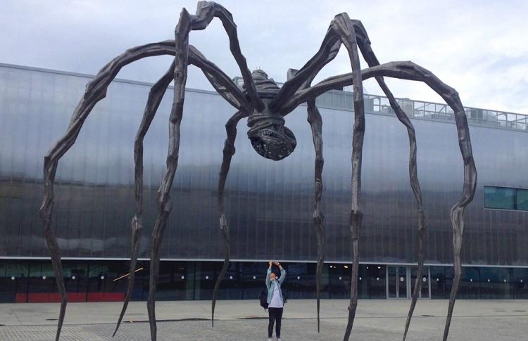 Перед «Гаражом» поставили огромного бронзового паука