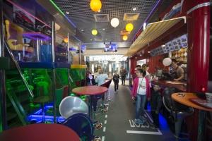 Костя Цзю открыл семейное кафе с игрушечными автомобилями
