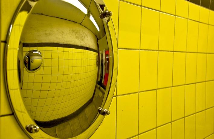 На станциях метро начали развешивать зеркала