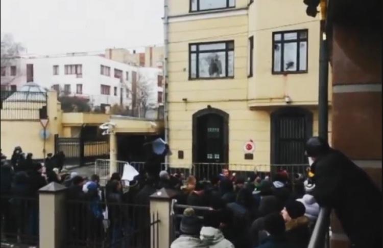 Посольство Турции закидали камнями