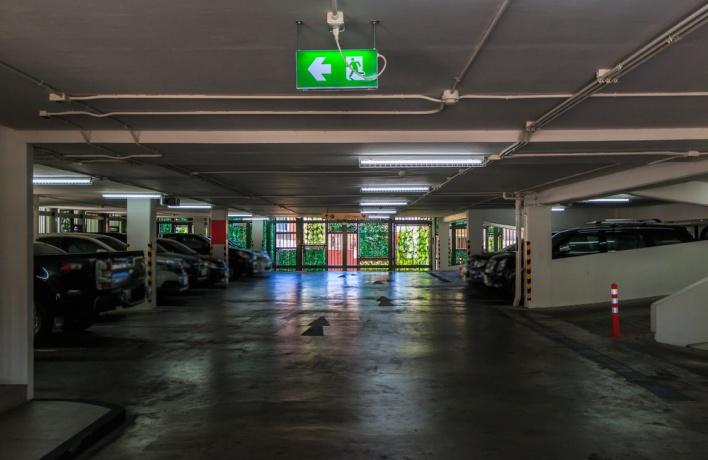 На первых этажах новых жилых домов хотят строить парковки