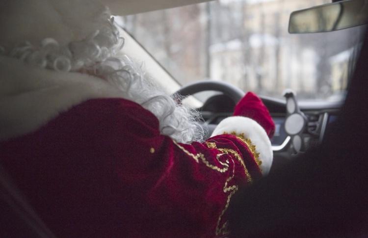 За рулем «Яндекс.Такси» теперь ездят 50 Дедов Морозов