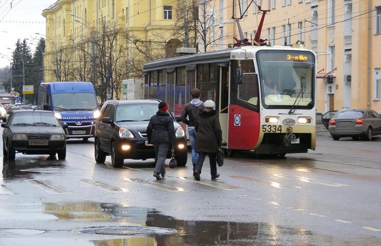 Все трамвайные остановки Москвы хотят оградить «лежачими полицейскими»