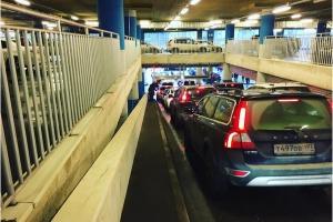 На парковках торговых центров начали проверять багажники