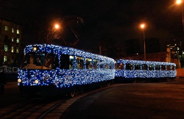 В Москве запустили новогодний трамвай