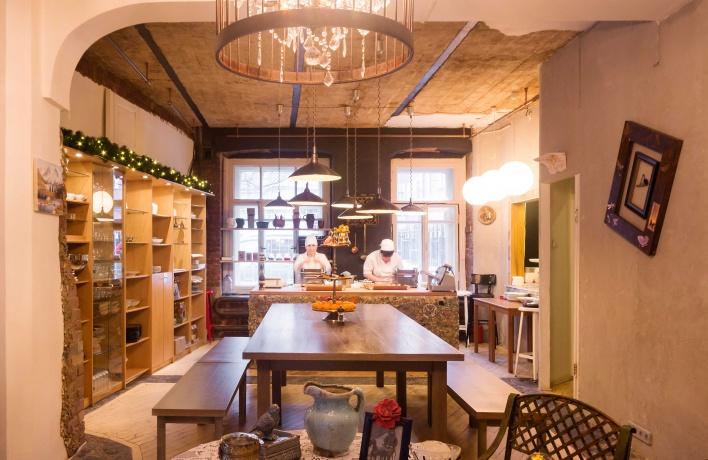 На Патриарших заработало кафе «Есть хинкали & Пить вино»