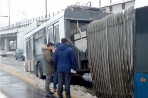 На Мичуринском проспекте развалился напополам троллейбус