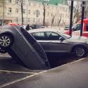 Две машины на Алексеевской попали в трехметровую яму
