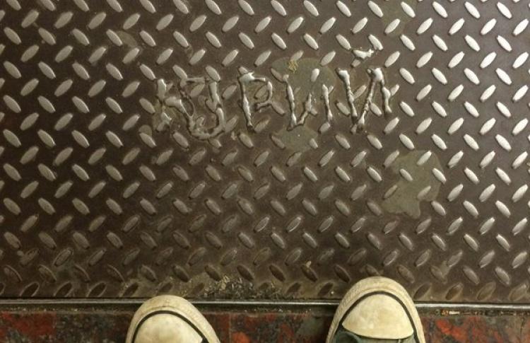 Загадочный Юрий выжигает свое имя в метро