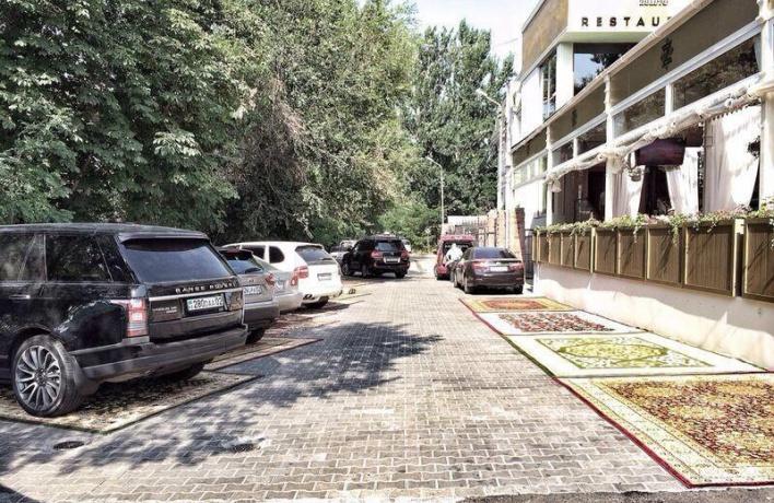 Рестораторы попросили власти разрешить парковку рядом с заведениями