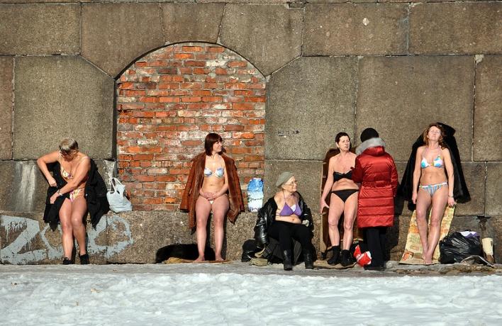 Сезон для загорающих у стен Петропавловской крепости открыт!