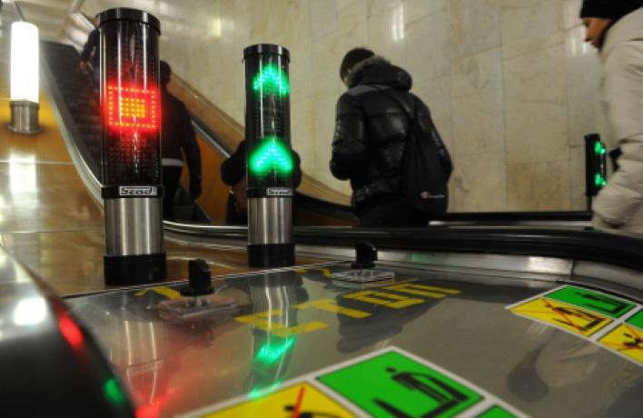 В метро появятся светофоры и складные скамейки