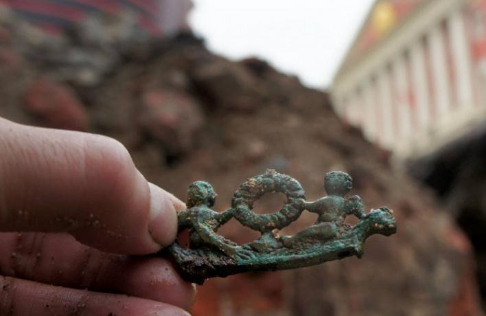 На Тверской раскопали дубовую мостовую и бронзового ангела XVI века
