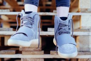 Купить новые кроссовки от Канье Уэста сложнее, чем сдать ЕГЭ