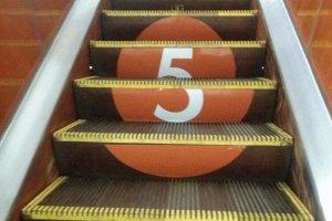 В метро номера линий решили указывать на эскалаторах