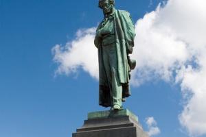 Памятник Пушкину изменит цвет