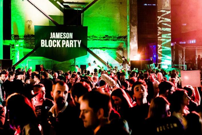 Ночь «Друзей», вечеринка под мостом и выставка Фриды Кало: уикенд в Москве
